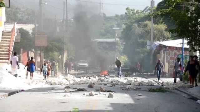 haitianos bloquearon la mayoria de los ejes viales de puerto principe con barricadas en rechazo al alza de precios de productos petroleros una medida... - hispaniola stock videos & royalty-free footage