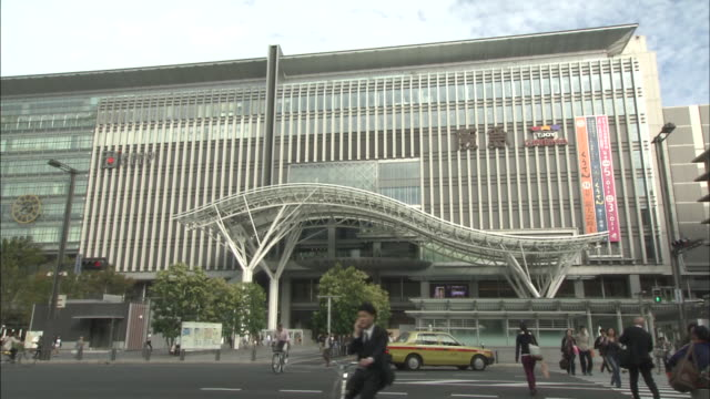 vídeos de stock, filmes e b-roll de hakata station is a major railway station in southern japan it serves as a gateway to kyushu and is the terminus of kyushu railway west japan railway... - prefeitura de fukuoka