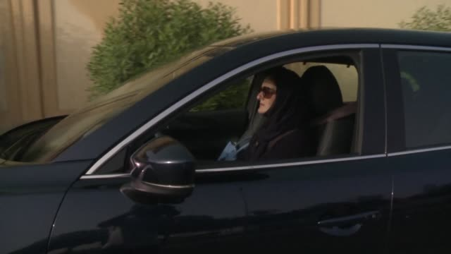 vídeos de stock e filmes b-roll de halah hussein reda drives her car for the first time on the roads of the coastal city of jeddah as the kingdom overturns the world's only ban on... - jiddah