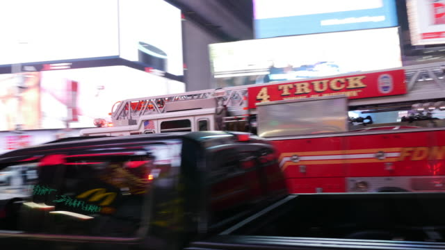 vídeos de stock e filmes b-roll de halal food street vendor and fire engine with siren on rushing through times square in new york city - luz de sirene