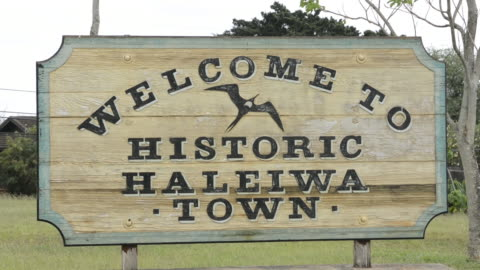 haleiwa hawaii oahu sign of old town - welcome sign stock videos & royalty-free footage