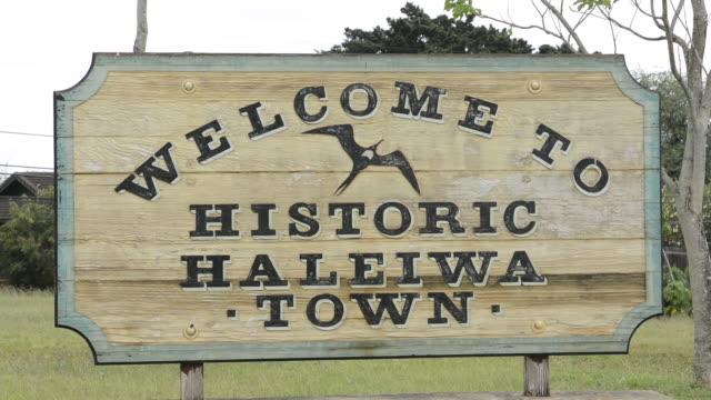 vídeos y material grabado en eventos de stock de haleiwa hawaii oahu sign of old town - cartel de bienvenida
