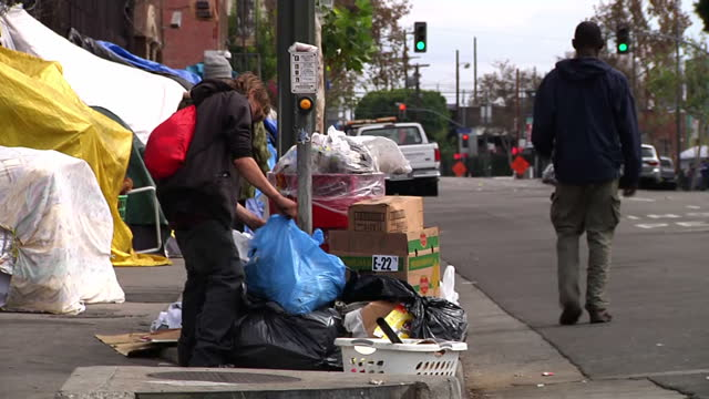 vídeos y material grabado en eventos de stock de half a million people a quarter of them children are homeless across america major cities have declared states of emergency to deal with the crisis... - sin techo