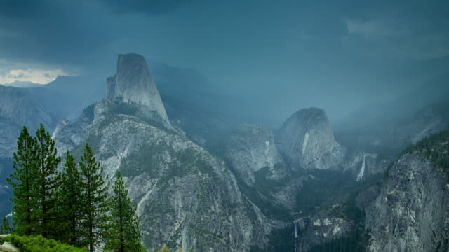 half dome, liberty cap und mt broderick in nebel - zeitraffer - yosemite nationalpark stock-videos und b-roll-filmmaterial