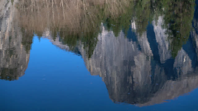 vídeos de stock, filmes e b-roll de half dome reflection in merced river - condado de mariposa