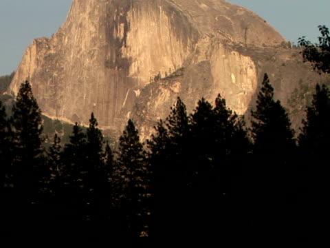 vídeos de stock e filmes b-roll de ms, tu half dome, yosemite national park, california, usa - ponto de referência natural