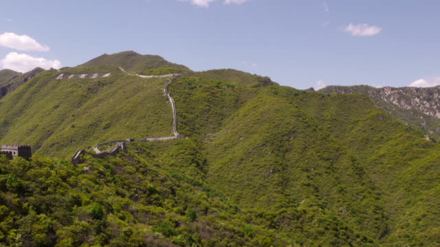 half pan shot, great wall of china, mutianyu, mountians, chinese characters, blue sky, beijing, china - mutianyu stock-videos und b-roll-filmmaterial