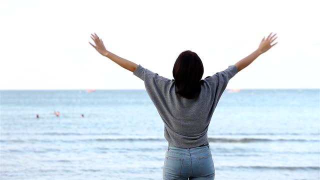 stockvideo's en b-roll-footage met half portret jonge vrouw op het strand, de vrijheid van het leven. - menselijke rug