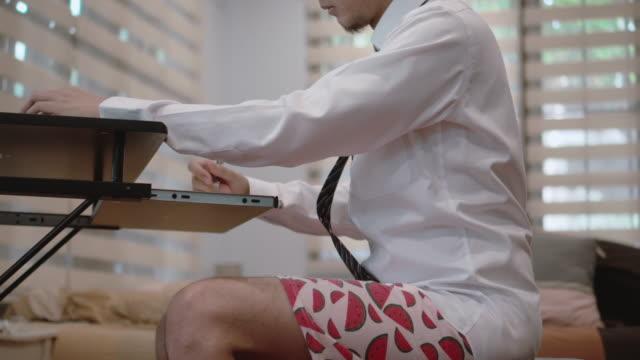 自宅で働く男に半分適した - 30代点の映像素材/bロール