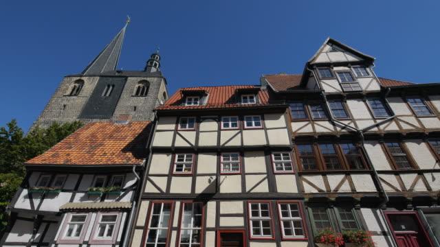 half-timbered houses ans church of st. benedict, quedlinburg, saxony-anhalt, germany - tornspira bildbanksvideor och videomaterial från bakom kulisserna