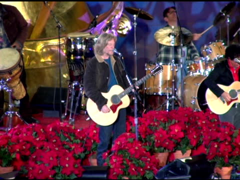 hall and oates at the 74th annual rockefeller center christmas tree lighting ceremony at rockefeller center in new york new york on november 29 2006 - クリスマスツリー点灯式点の映像素材/bロール