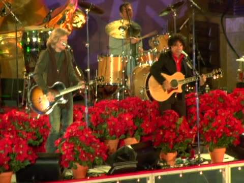 vídeos de stock e filmes b-roll de hall and oates at the 74th annual rockefeller center christmas tree lighting ceremony at rockefeller center in new york city new york - atlântico central eua