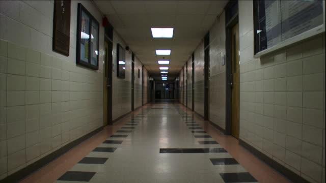 vidéos et rushes de hall lights turn on and off in a long corridor. - panneau d'information