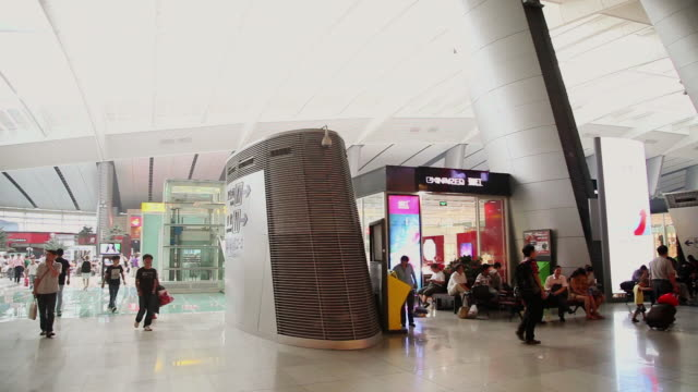 stockvideo's en b-roll-footage met ms pan hall of beijing south railway station / beijing, china - perron