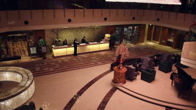 vidéos et rushes de ha ws hall of hotel/xian,shaanxi,china - réception d'hôtel