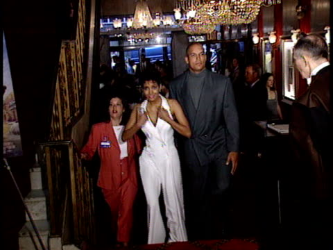 vídeos de stock, filmes e b-roll de halle berry and david justice poses for paparazzi and talks about challenges of character - halle berry