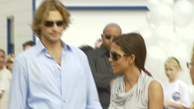 vídeos y material grabado en eventos de stock de halle berry and gabriel aubry at the a day at the beach paddle out protest at malibu beach in malibu california on october 22 2006 - gabriel aubry