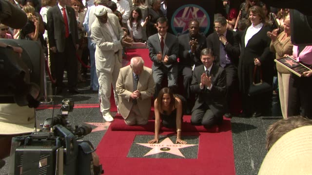 halle berry and johnny grant at the dedication of halle berry's walk of fame star at hollywood and highland in hollywood, california on april 3, 2007. - ハル・ベリー点の映像素材/bロール