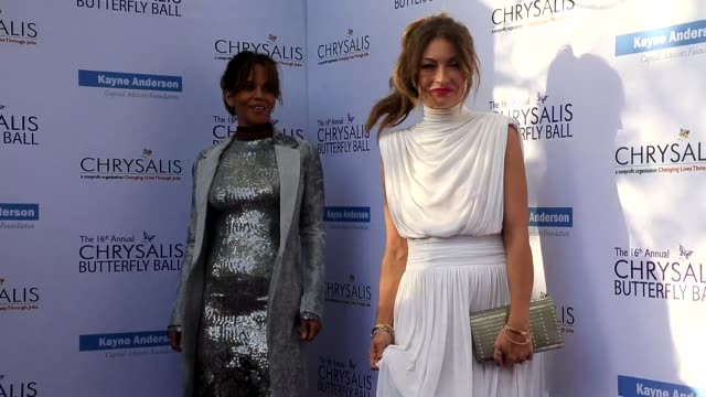 vídeos de stock, filmes e b-roll de halle berry and rebecca gayheart at the 16th annual chrysalis butterfly ball on june 03 2017 in brentwood california - halle berry