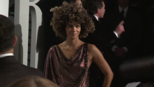 vídeos de stock, filmes e b-roll de halle berry at 2017 vanity fair oscar party hosted by graydon carter on february 26 2017 in beverly hills california - halle berry
