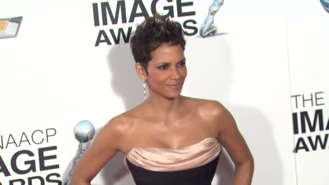 halle berry at 44th naacp image awards - arrivals on 2/1/13 in los angeles, ca . - ハル・ベリー点の映像素材/bロール