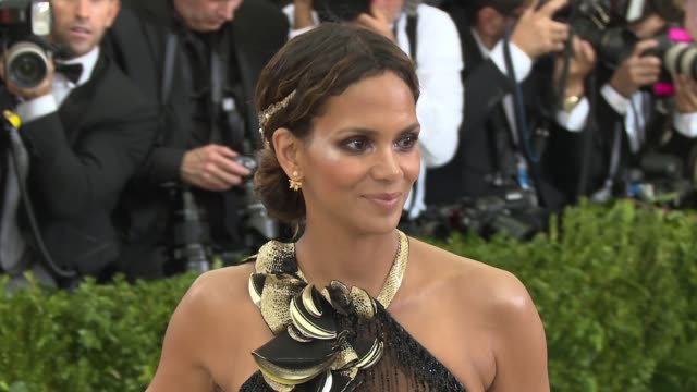 vídeos de stock, filmes e b-roll de halle berry at rei kawakubo/comme des garcons art of the inbetween costume institute gala arrivals at the metropolitan museum of art on may 1 2017 in... - halle berry