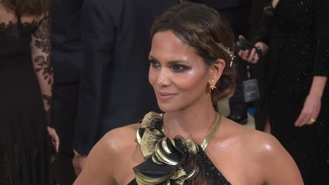 vídeos de stock, filmes e b-roll de halle berry at rei kawakubo/comme des garcons art of the inbetween costume institute gala arrivals at the metropolitan museum of art on may 01 2017... - halle berry