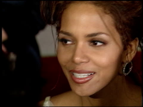 stockvideo's en b-roll-footage met halle berry at the 1998 academy awards titanic party at new chasens in beverly hills california on march 23 1998 - 70e jaarlijkse academy awards