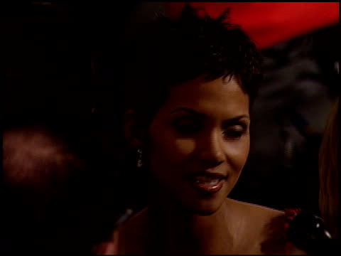 vídeos de stock, filmes e b-roll de halle berry at the 2000 golden globe awards at the beverly hilton in beverly hills california on january 23 2000 - halle berry