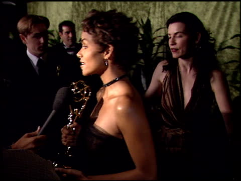 halle berry at the 2000 hbo emmy party at spago in beverly hills, california on september 10, 2000. - ハル・ベリー点の映像素材/bロール