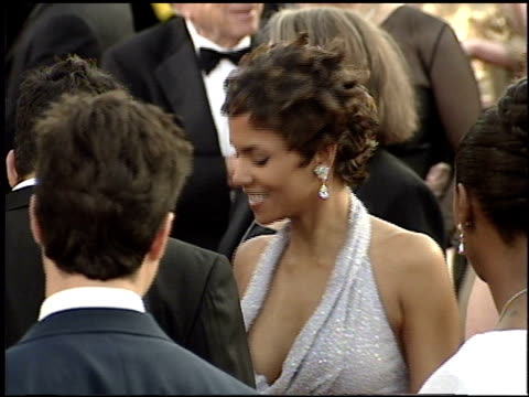 vídeos de stock, filmes e b-roll de halle berry at the 2001 academy awards at the shrine auditorium in los angeles california on march 25 2001 - halle berry