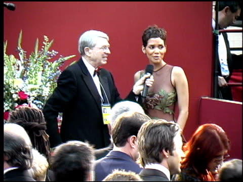 halle berry at the 2002 academy awards arrivals at the kodak theatre in hollywood, california on march 24, 2002. - academy awards stock-videos und b-roll-filmmaterial