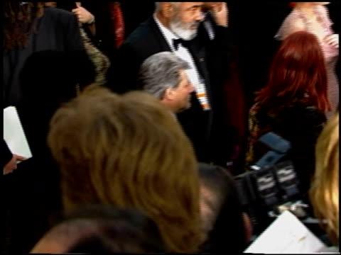 vídeos y material grabado en eventos de stock de halle berry at the 2002 academy awards at the kodak theatre in hollywood california on march 24 2002 - halle berry