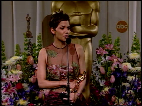 stockvideo's en b-roll-footage met halle berry at the 2002 academy awards at the kodak theatre in hollywood, california on march 24, 2002. - academy awards