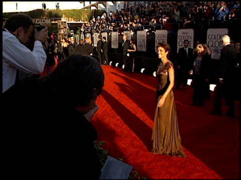 vídeos y material grabado en eventos de stock de halle berry at the 2002 golden globe awards at the beverly hilton in beverly hills california on january 20 2002 - halle berry
