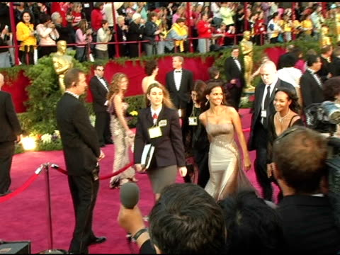 stockvideo's en b-roll-footage met halle berry at the 2005 annual academy awards arrivals at the kodak theatre in hollywood, california on february 28, 2005. - 77e jaarlijkse academy awards