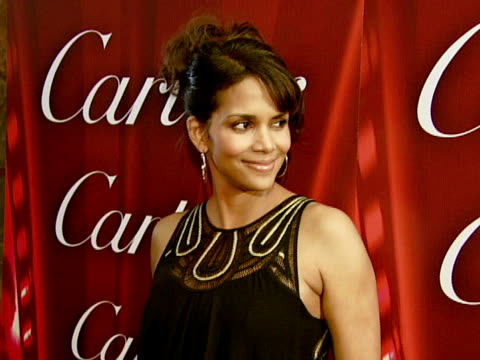 halle berry at the 2008 palm springs international film festival hosts star-studded awards gala presented by cartier red carpet arrivals at palm... - ハル・ベリー点の映像素材/bロール