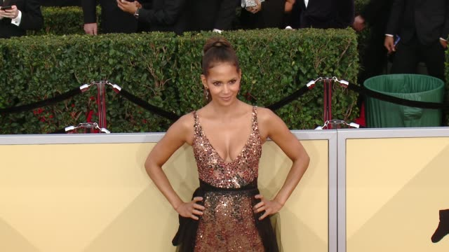 vídeos de stock, filmes e b-roll de halle berry at the 24th annual screen actors guild awards at the shrine auditorium on january 21 2018 in los angeles california - halle berry