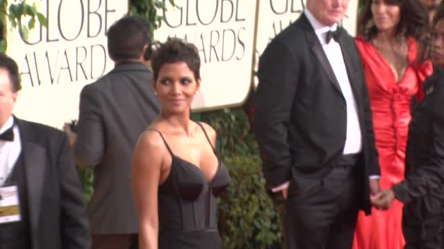 stockvideo's en b-roll-footage met halle berry at the 68th annual golden globe awards arrivals part 2 at beverly hills ca - golden globe awards