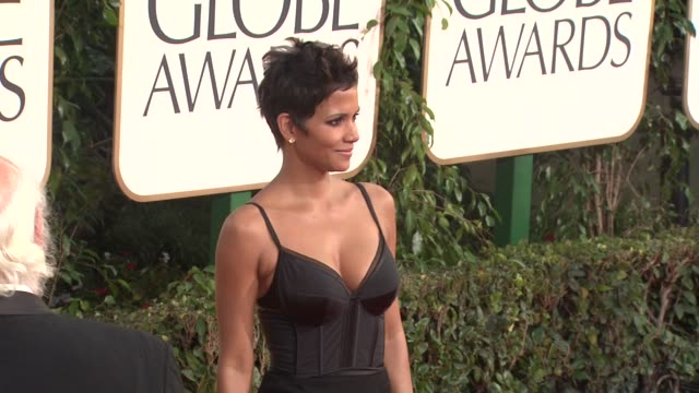 vídeos de stock, filmes e b-roll de halle berry at the 68th annual golden globe awards arrivals part 2 at beverly hills ca - halle berry