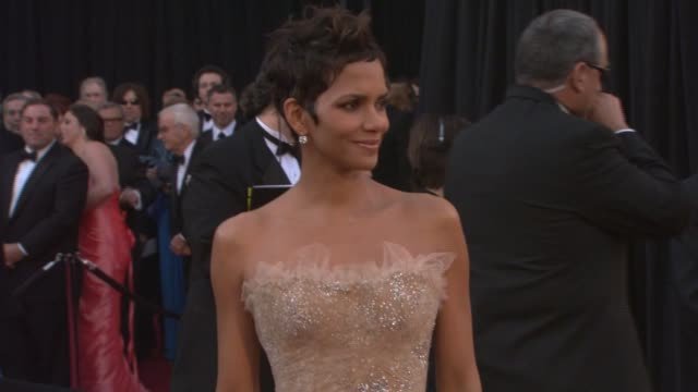 vídeos de stock, filmes e b-roll de halle berry at the 83rd annual academy awards arrivals pool cam at hollywood ca - halle berry