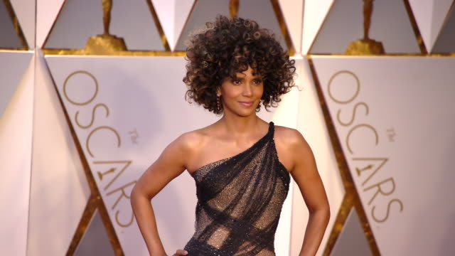 vídeos de stock, filmes e b-roll de halle berry at the 89th annual academy awards arrivals at hollywood highland center on february 26 2017 in hollywood california 4k - halle berry
