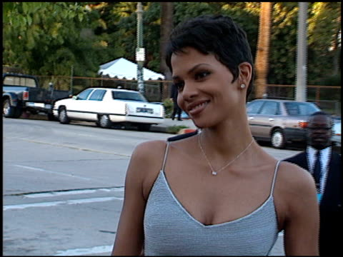 halle berry at the blockbuster awards at pantages theater in hollywood, california on march 6, 1996. - ハル・ベリー点の映像素材/bロール