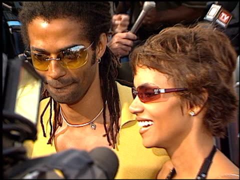vídeos y material grabado en eventos de stock de halle berry at the 'swordfish' premiere on june 4 2001 - halle berry