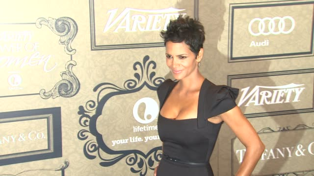 vídeos de stock, filmes e b-roll de halle berry at variety's 4th annual power of women event presented by lifetime on 10/5/12 in los angeles ca - halle berry