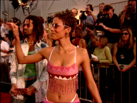 vídeos de stock, filmes e b-roll de halle berry greeting fans on the red carpet at the 2000 mtv movie awards - halle berry