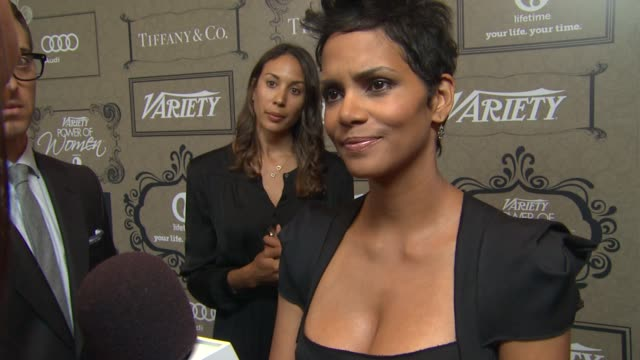 vídeos de stock, filmes e b-roll de halle berry on how she feels to be receiving this honor why the jenesse center is a cause that is close to her heart and how she finds time for the... - halle berry