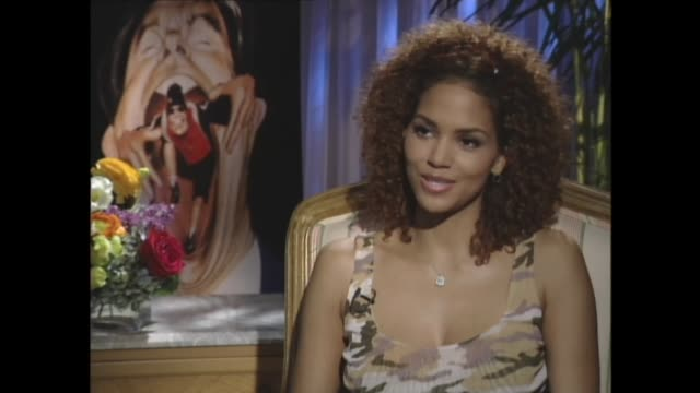 halle berry saying that being beautiful made her work harder - ハル・ベリー点の映像素材/bロール