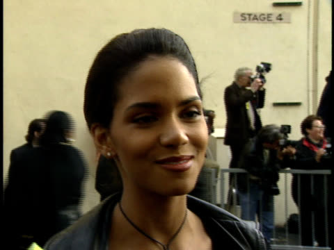 vídeos de stock, filmes e b-roll de halle berry speaking to reporters talking about mtv new film husband david - halle berry