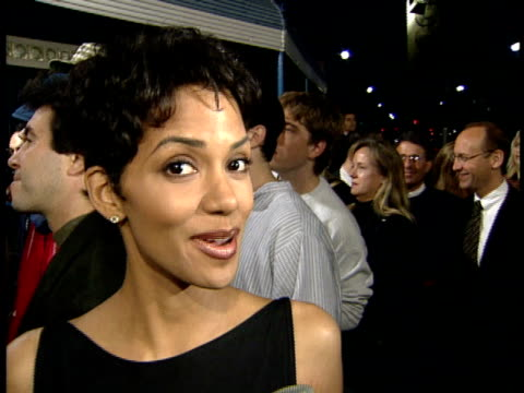vídeos de stock, filmes e b-roll de halle berry talks to reporter on red carpet about what she'd do on a hijacked plane and never having a scary incident on an airplane - halle berry
